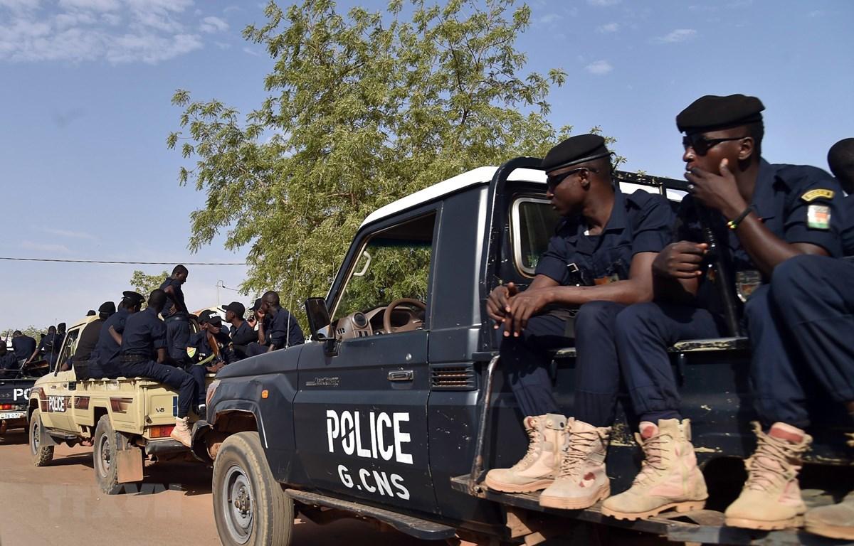 Nhân viên an ninh Niger tuần tra tại Niamey. (Ảnh: AFP/TTXVN)