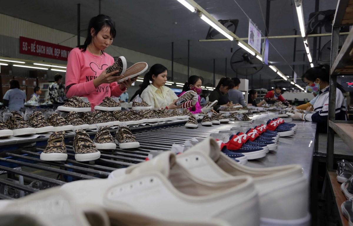 Nhiều doanh nghiệp da giày Việt Nam không dự trữ nhiều nguyên liệu. (Ảnh: TTXVN)