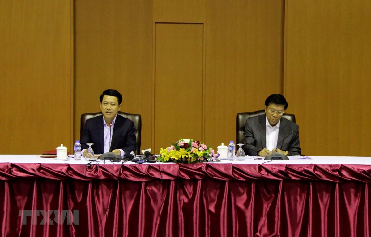Bộ trưởng Ngoại giao Lào Saleumsay Kommasith (trái) cùng đại diện Bộ Y tế Lào chủ trì cuộc họp báo. (Ảnh: Phạm Kiên/TTXVN)