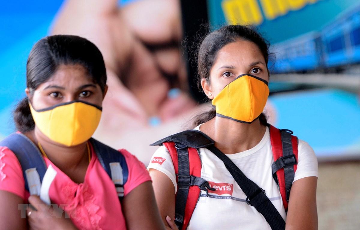 Người dân đeo khẩu trang để phòng tránh lây nhiễm COVID-19 tại Colombo, Sri Lanka, ngày 18/3/2020. (Ảnh: THX/TTXVN)