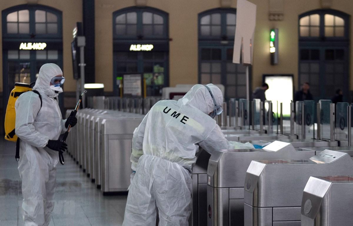 Lực lượng khẩn cấp của quân đội Tây Ban Nha tiến hành khử trùng phòng dịch COVID-19 tại nhà ga phía Bắc ở Valencia, ngày 16/3/2020. (Ảnh: AFP/TTXVN)