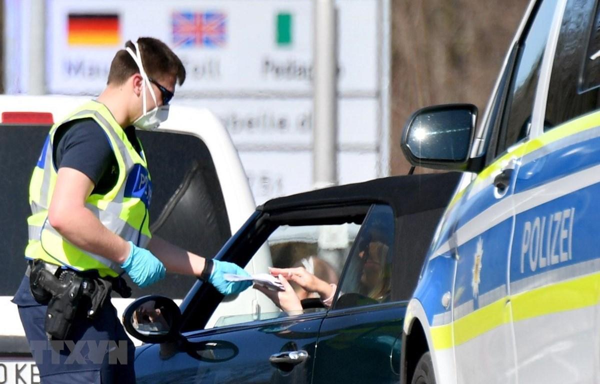 Cảnh sát Đức kiểm tra hành trình của lái xe tại Freilassing, miền Nam Đức, giáp giới Áo trong bối cảnh Berlin áp đặt lệnh kiểm soát biên giới nhằm ngăn chặn dịch COVID-19 lây lan, ngày 16/3/2020. (Ảnh: AFP/TTXVN)