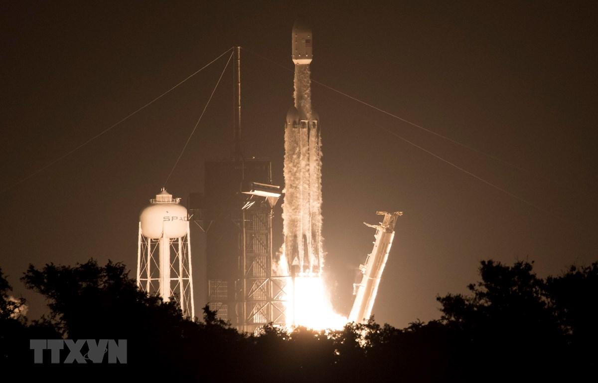 Tên lửa đẩy Falcon Heavy mang theo 24 vệ tinh rời bệ phóng tại Trung tâm Vũ trụ Kennedy thuộc Cơ quan Hàng không Vũ trụ Mỹ (NASA) ở bang Florida ngày 25/6/2019. (Ảnh: AFP/TTXVN)