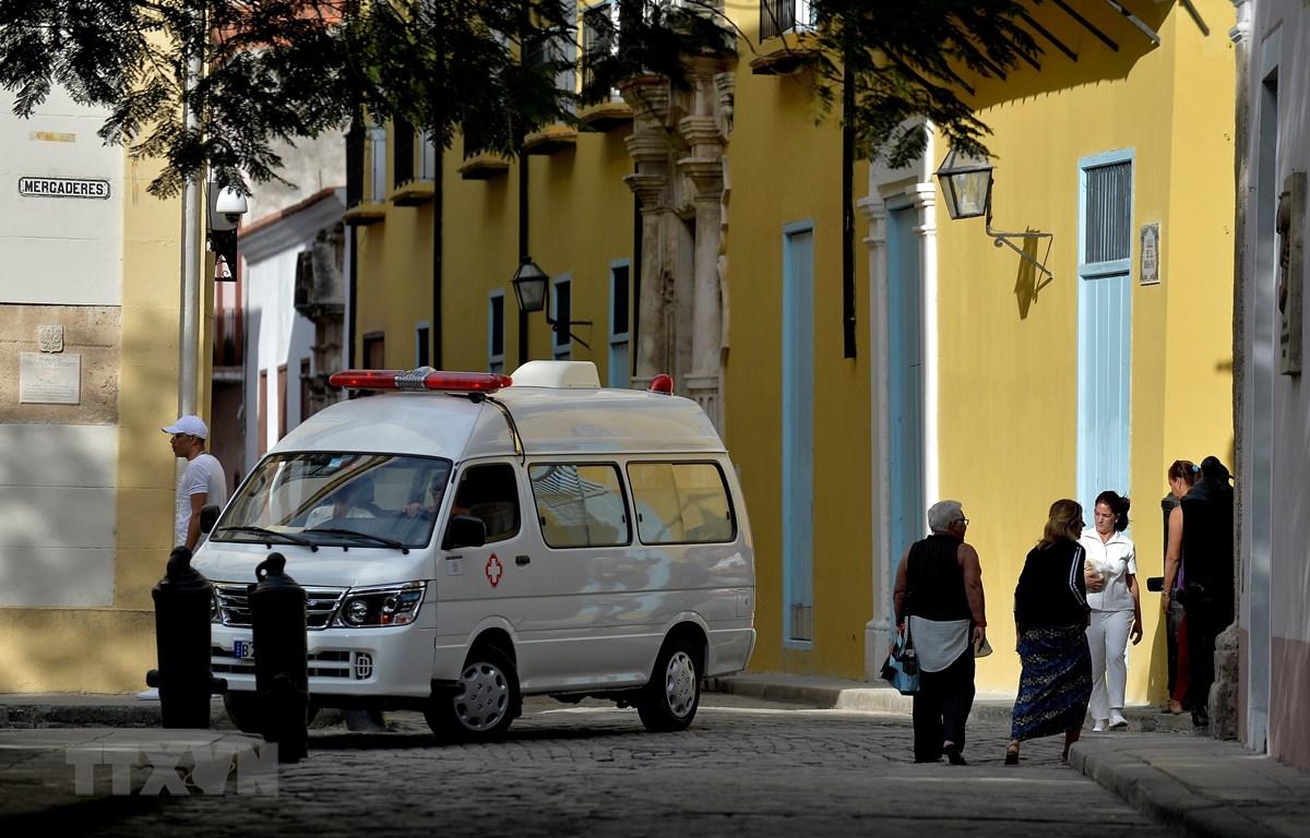 Xe cứu thương vận chuyển bệnh nhân nhiễm COVID-19 tại La Habana, Cuba ngày 12/3/2020. (Ảnh: AFP/TTXVN)