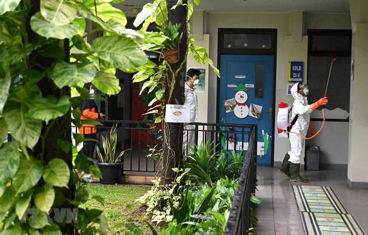 Phun thuốc khử trùng phòng lây nhiễm COVID-19 tại Jakarta, Indonesia, ngày 18/3/2020. (Ảnh: AFP/TTXVN)