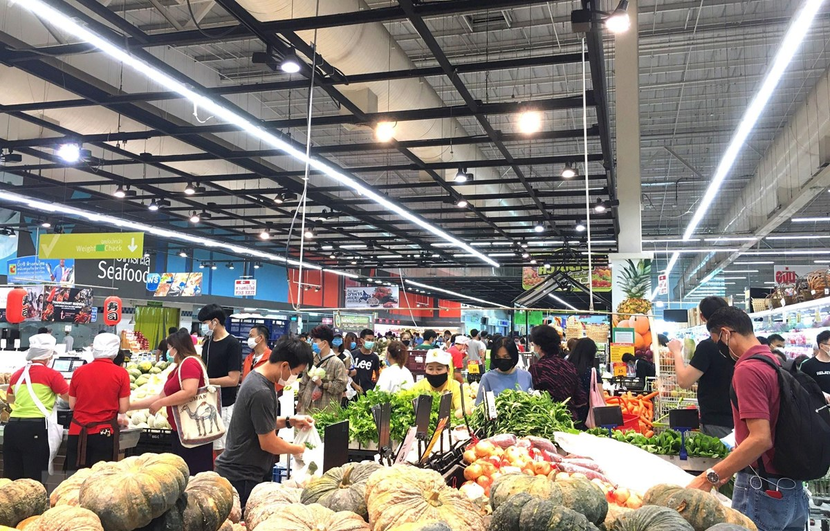 Người dân thủ đô Bangkok đổ xô đi mua hàng tại siêu thị BigC trưa 21/3 do lo ngại khả năng bị phong tỏa. Ảnh: Ngọc Quang/TTXVN)