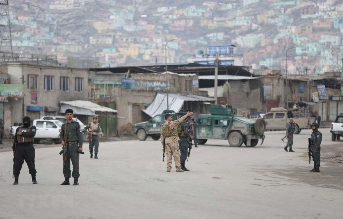 Lực lượng an ninh Afghanistan phong tỏa khu vực đền thờ đạo Sikh-Hindu ở thủ đô Kabul, nơi xảy ra vụ tấn công ngày 25/3/2020. (Ảnh: AP/TTXVN)