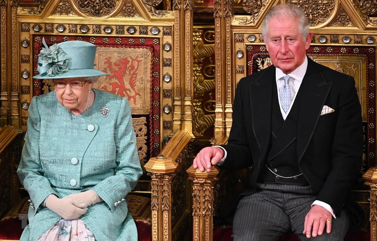 Nữ Hoàng Anh Elizabeth II (trái) và Thái tử Charles tham dự phiên họp Quốc hội ở London, Anh, ngày 19/12/2019. (Ảnh: AFP/TTXVN)