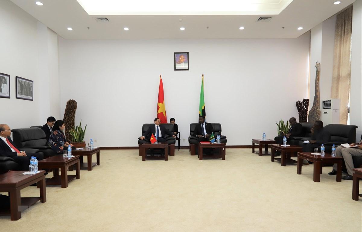 Trưởng Ban Tổ chức Trung ương Phạm Minh Chính làm việc với Bộ trưởng Công Thương Tanzania trong chuyến thăm và làm việc tại Tanzania, chiều 5/12/2019. (Ảnh: Phi Hùng/TTXVN)