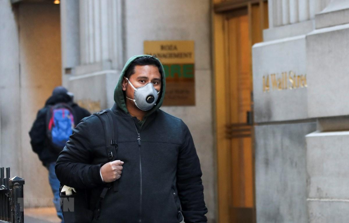 Người dân đeo khẩu trang phòng dịch COVID-19 tại New York, Mỹ ngày 24/3/2020. (Ảnh: THX/TTXVN)