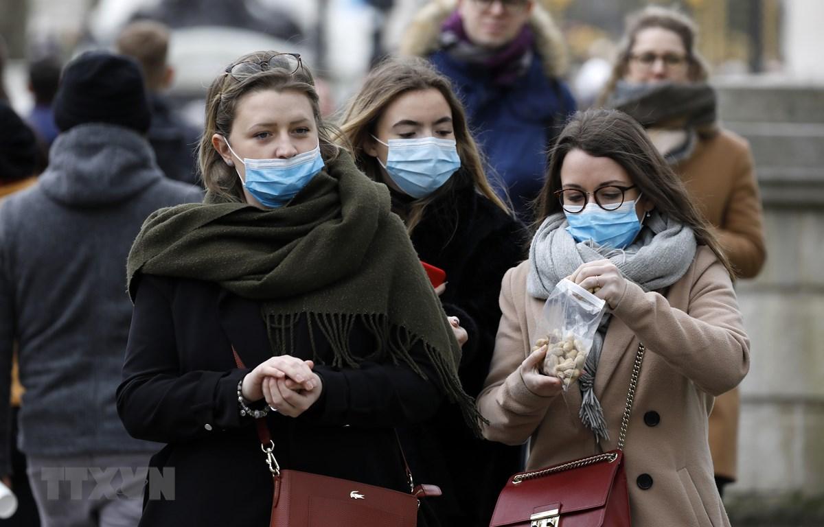 Người dân đeo khẩu trang phòng dịch COVID-19 tại London, Anh ngày 3/3/2020. (Ảnh: THX/TTXVN)