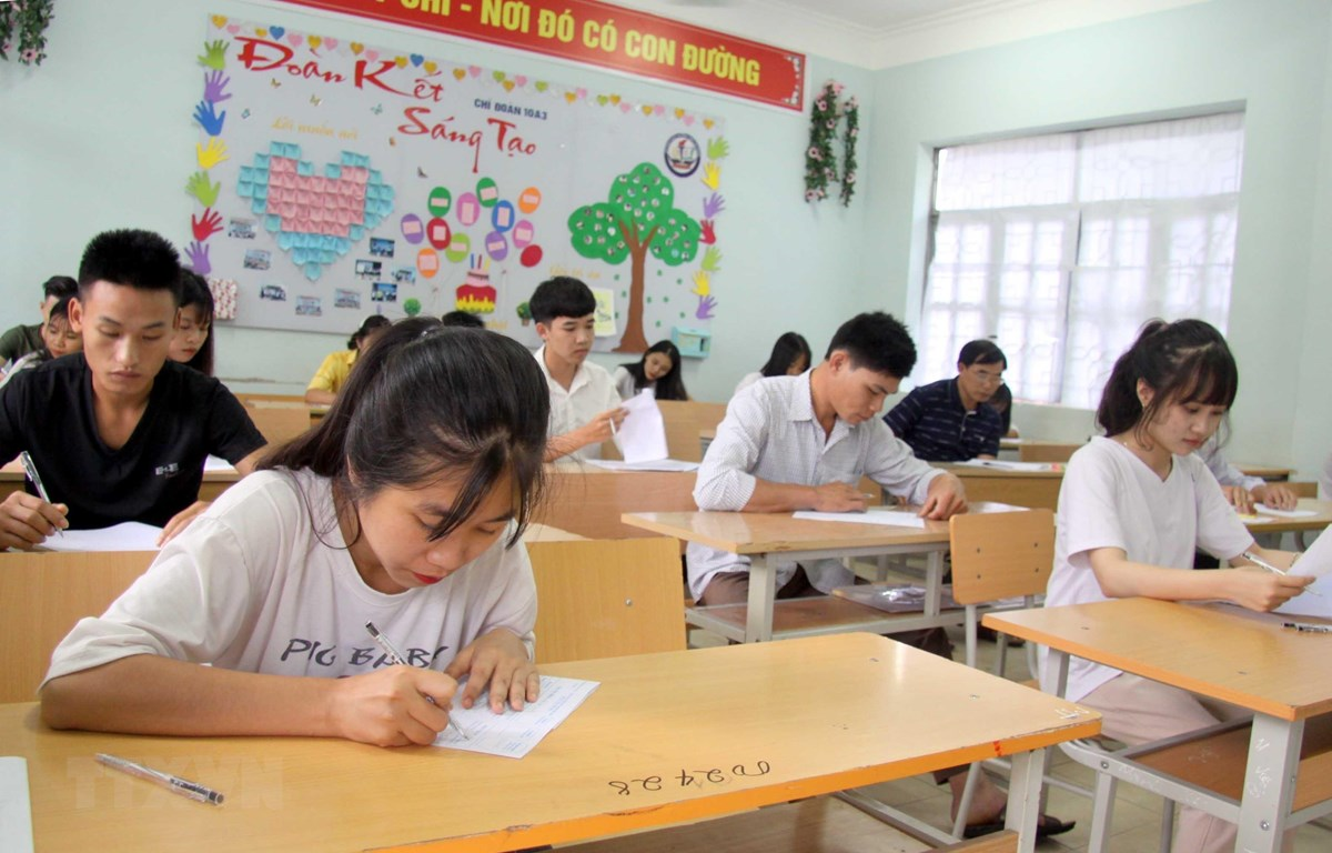 Thí sinh dự thi tại điểm thi Trường Trung học phổ thông Than Uyên, huyện Than Uyên tỉnh Lai Châu trong kỳ thi THPT quốc gia 2019. Ảnh minh họa: (Quý Trung/TTXVN)