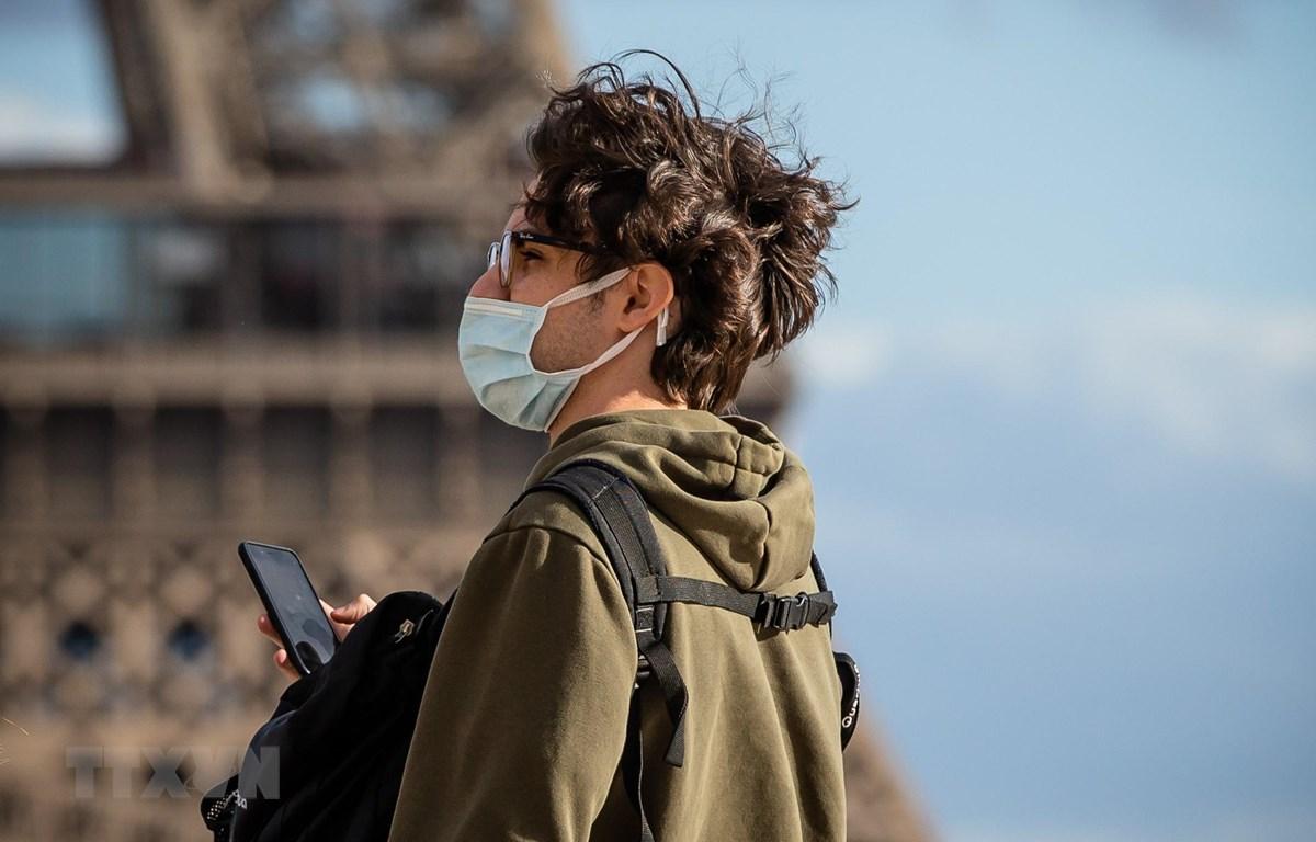 Người dân đeo khẩu trang phòng dịch COVID-19 tại Paris, Pháp ngày 12/3/2020. (Ảnh: THX/TTXVN)