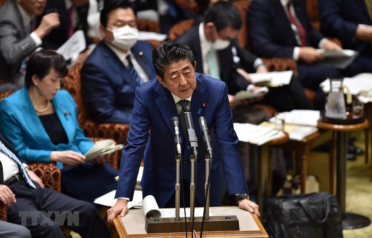 Thủ tướng Nhật Bản Shinzo Abe phát biểu trong phiên họp Ủy ban ngân sách Thượng viện ở Tokyo ngày 27/3/2020. (Ảnh: AFP/TTXVN)