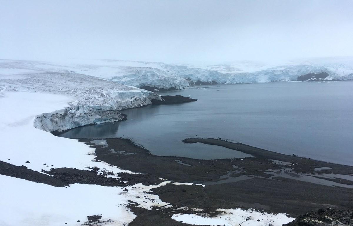 Sông băng Collins tại Nam Cực, ngày 2/2/2018. Diện tích băng tan ở Nam Cực đang gây báo động. (Ảnh: AFP/TTXVN)