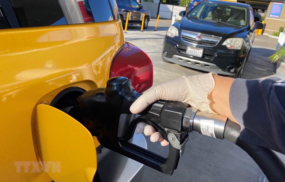 Đổ xăng cho phương tiện tại một trạm xăng ở Los Angeles, bang California, Mỹ ngày 18/3/2020. (Ảnh: AFP/TTXVN)