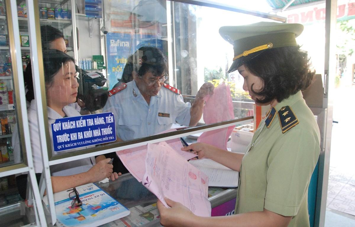 Kiểm tra hiệu thuốc trên đường Lê Lợi, thành phố Đông Hà, tỉnh Quảng Trị. (Ảnh: Thanh Thủy/TTXVN)