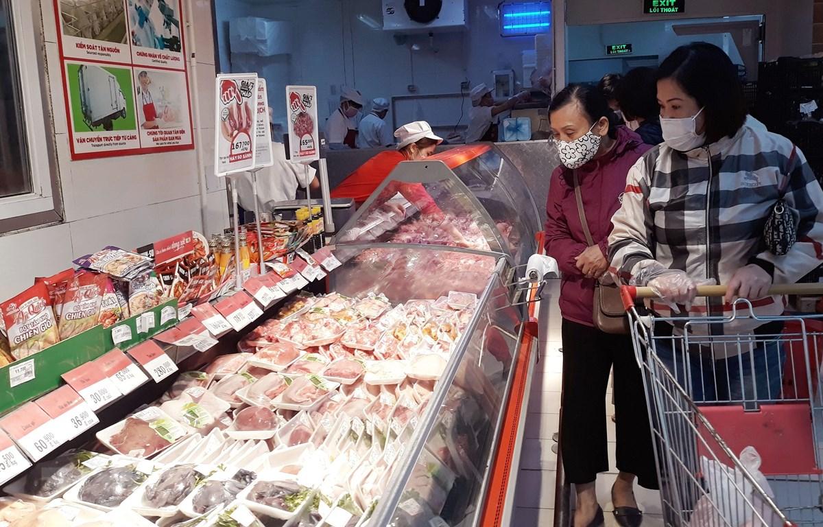 Người tiêu dùng mua thịt lợn tại siêu thị BigC. (Ảnh: Phương Anh/TTXVN)
