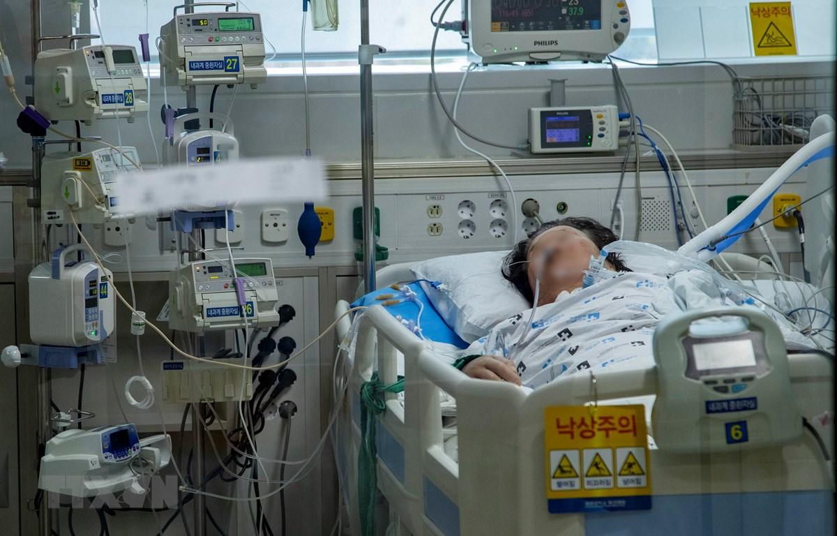 Bệnh nhân mắc COVID-19 được điều trị tại bệnh viện ở Daegu, Hàn Quốc, ngày 19/3/2020. (Ảnh: THX/TTXVN)