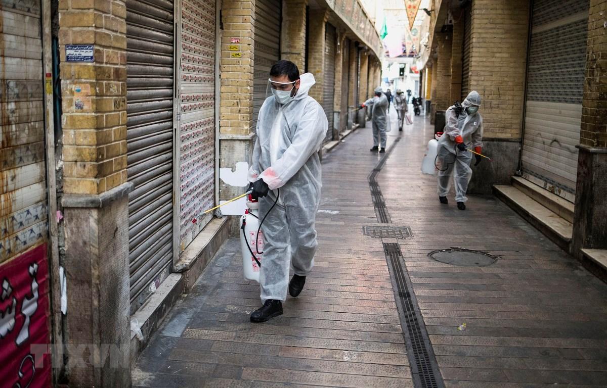 Phun thuốc khử trùng nhằm ngăn chặn sự lây lan của dịch COVID-19 tại Tehran, Iran ngày 31/3/2020. (Ảnh: THX/TTXVN)