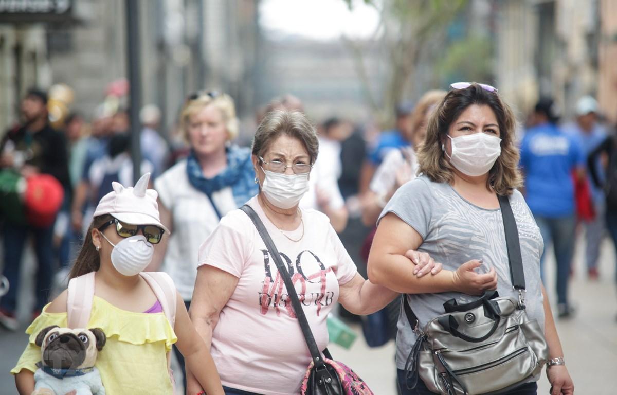 Người dân đeo khẩu trang phòng dịch COVID-19 tại Mexico City. (Ảnh: THX/TTXVN)