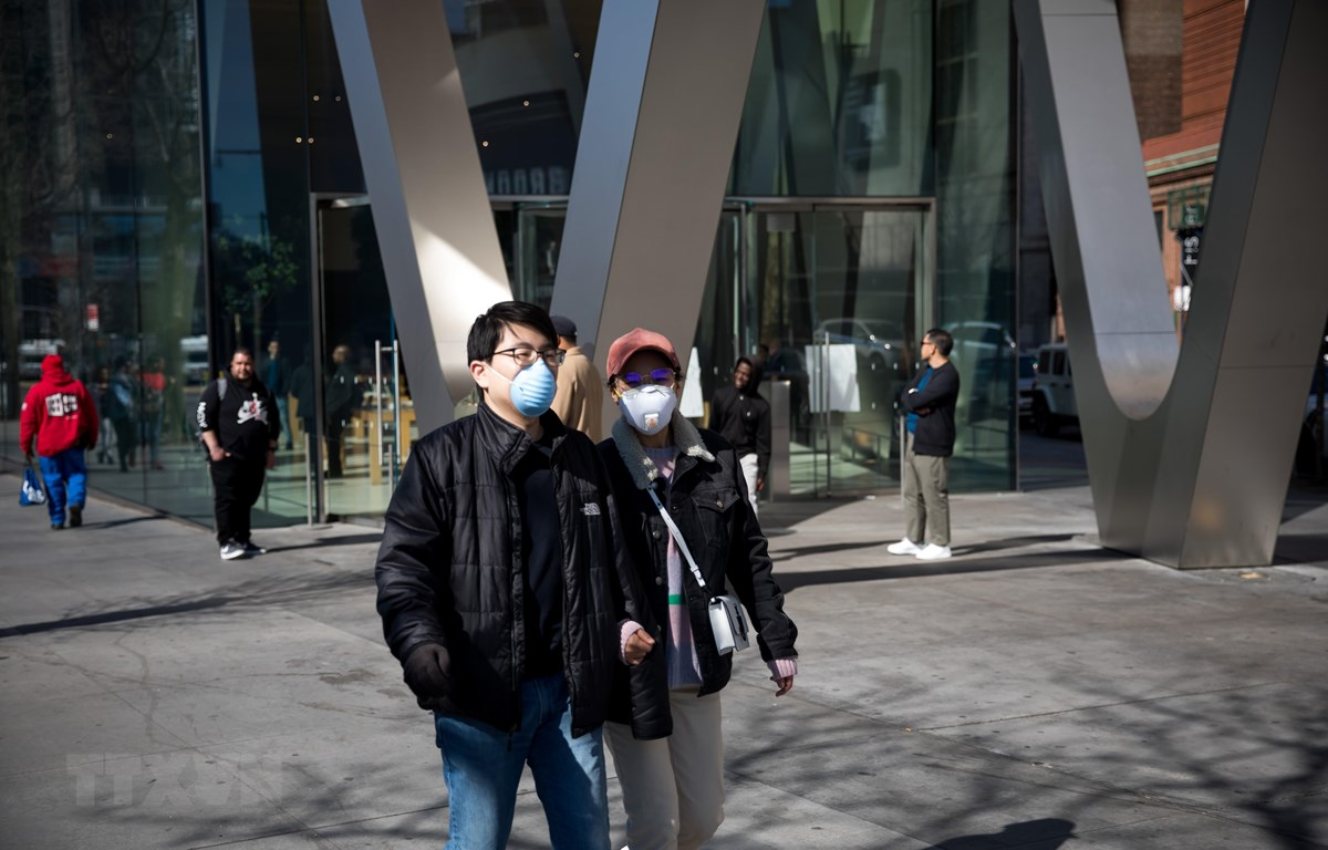 Người dân đeo khẩu trang phòng dịch COVID-19 tại thành phố New York, Mỹ ngày 15/3/2020. (Ảnh: AFP/TTXVN)