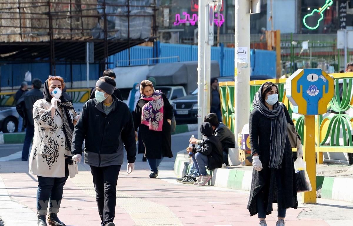 Người dân đeo khẩu trang nhằm ngăn chặn sự lây lan của dịch COVID-19 tại Tehran, Iran ngày 10/3/2020. (Ảnh: AFP/TTXVN)