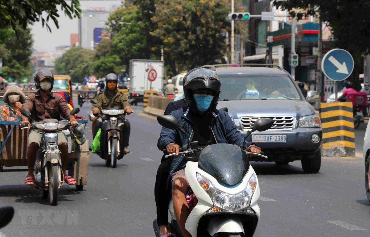 Người dân đeo khẩu trang phòng dịch COVID-19 tại Phnom Penh, Campuchia ngày 25/3/2020. (Ảnh: THX/TTXVN)