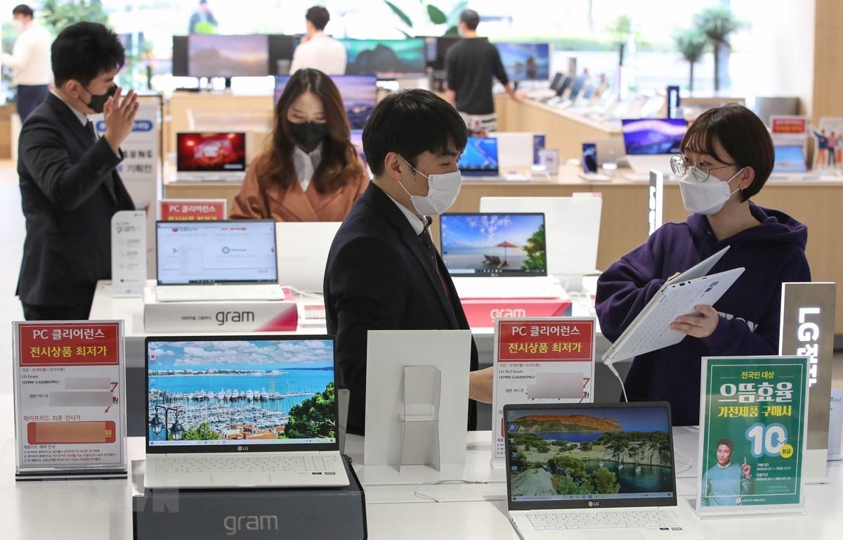 Tại một cửa hàng bán đồ điện tử ở Seoul, Hàn Quốc, ngày 31/3/2020. (Ảnh: THX/TTXVN)
