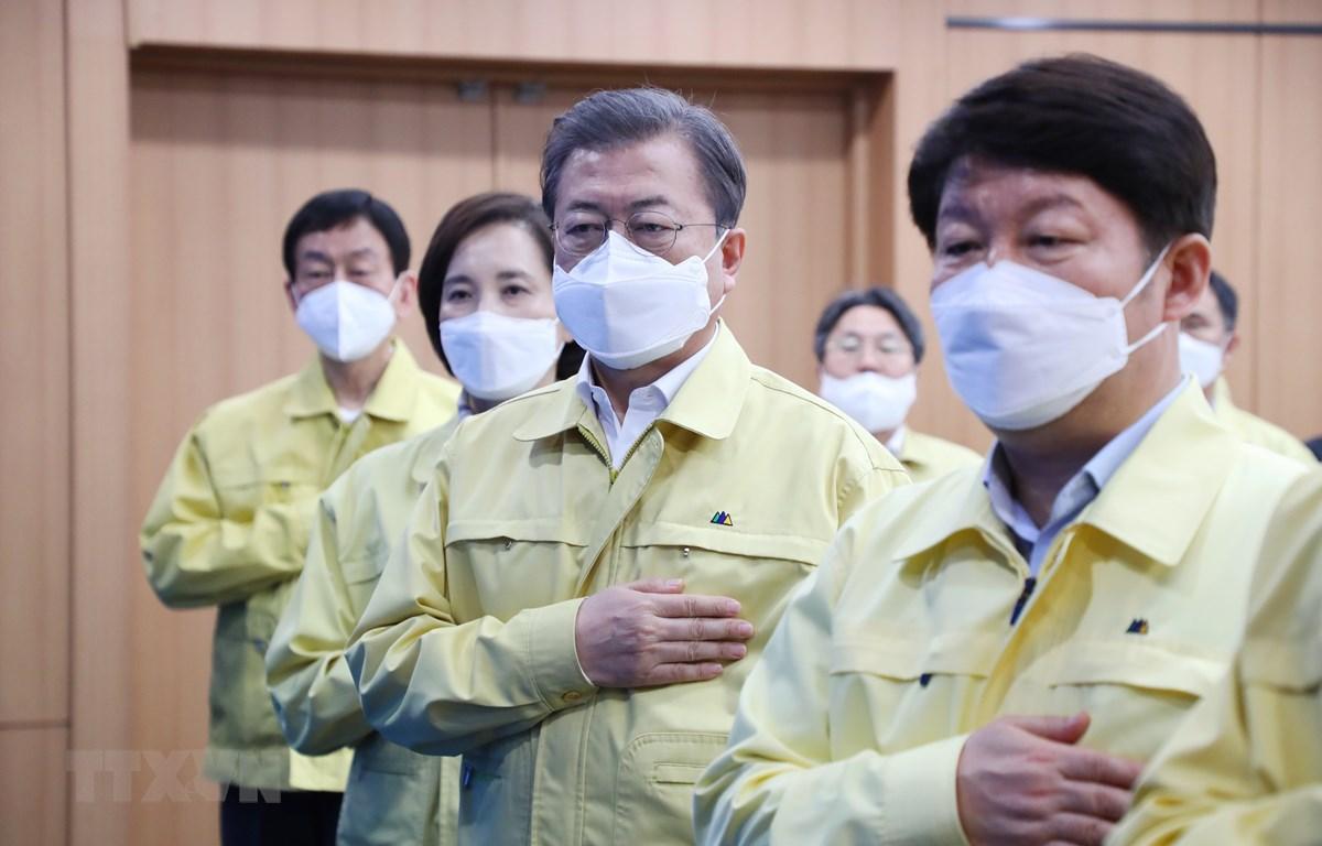 Tổng thống Hàn Quốc Moon Jae-in (giữa) tham dự cuộc họp đặc biệt về phòng chống dịch COVID-19 tại Daegu, Hàn Quốc, ngày 25/2. (Ảnh: THX/TTXVN)