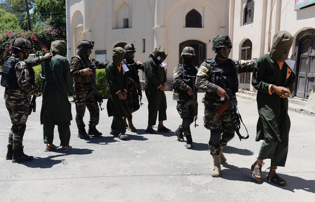 Binh sỹ Afghanistan áp giải các tay súng Taliban bị bắt giữ tại Jalalabad ngày 23/5/2018. (Ảnh: AFP/TTXVN)