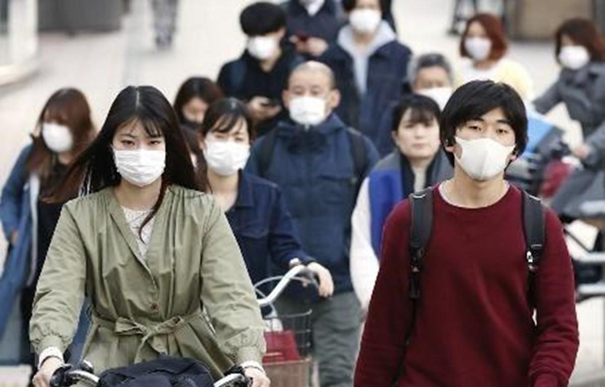 Người dân Nhật Bản đeo khẩu trang phòng dịch COVID-19 tại Fukuoka, Tây Nam Nhật Bản ngày 6/4/2020. (Ảnh: Kyodo/TTXVN)