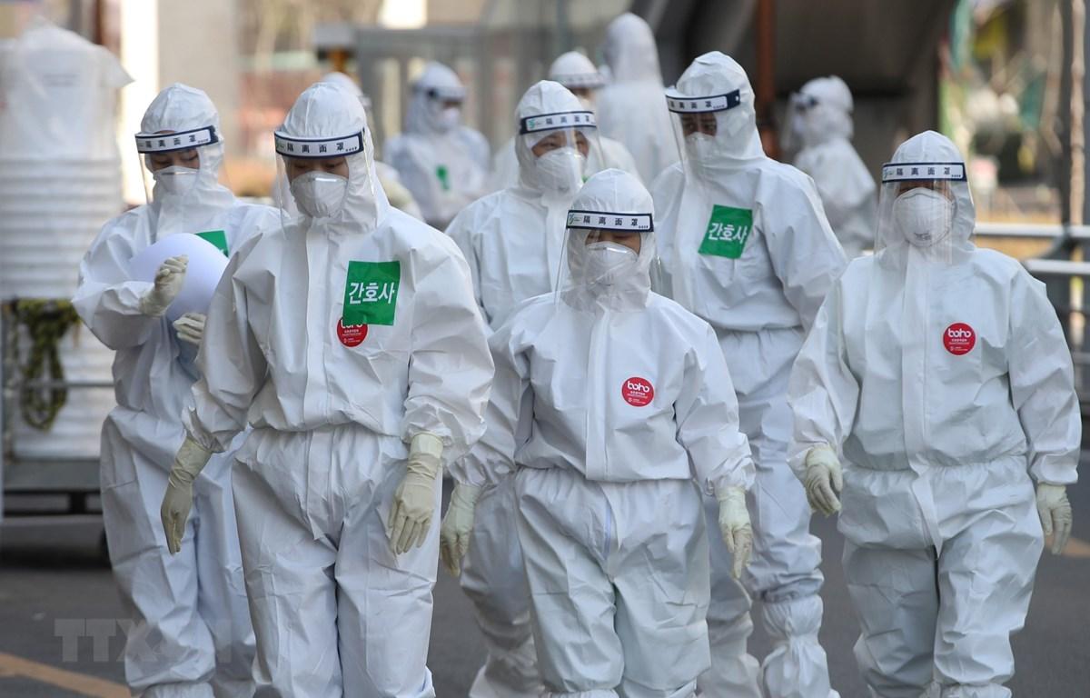 Nhân viên y tế làm nhiệm vụ tại bệnh viện Dongsan, thành phố Daegu, Hàn Quốc ngày 29/3/2020. (Ảnh: Yonhap/TTXVN)