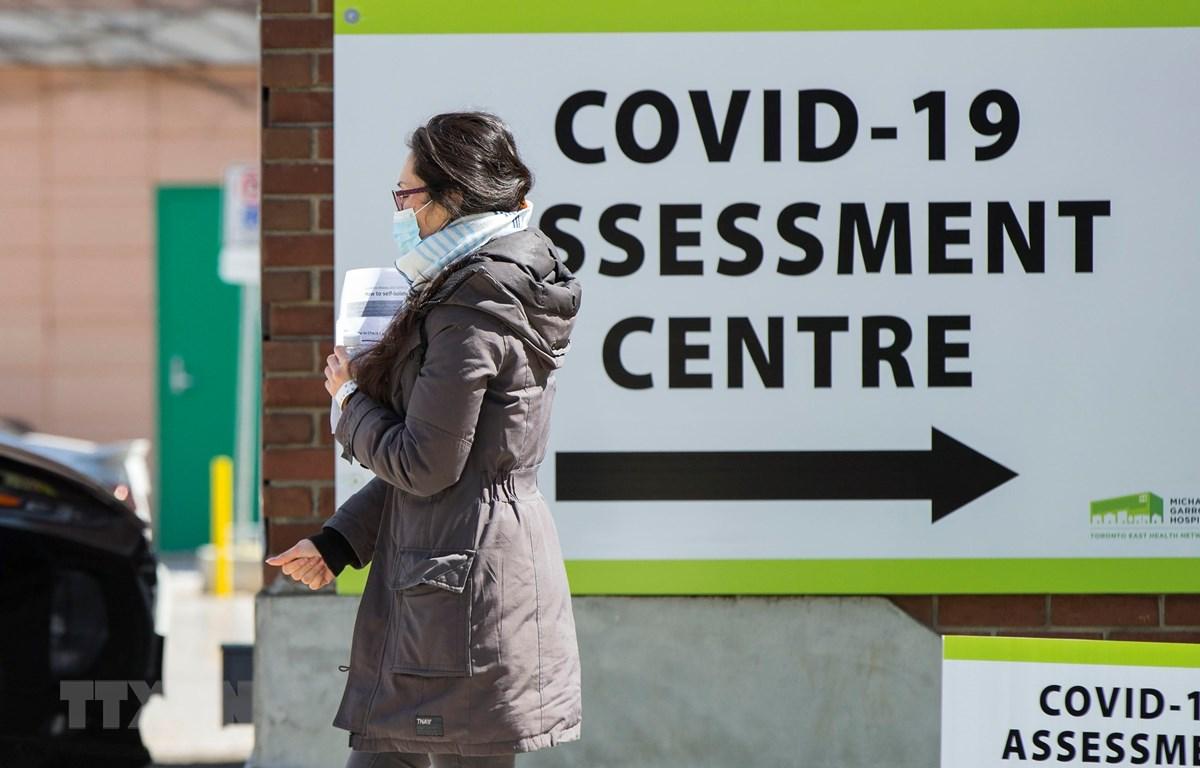 Một người dân đi qua Trung tâm xét nghiệm COVID-19 tại bệnh viện ở Toronto, Canada, ngày 9/4/2020. (Ảnh: THX/TTXVN)