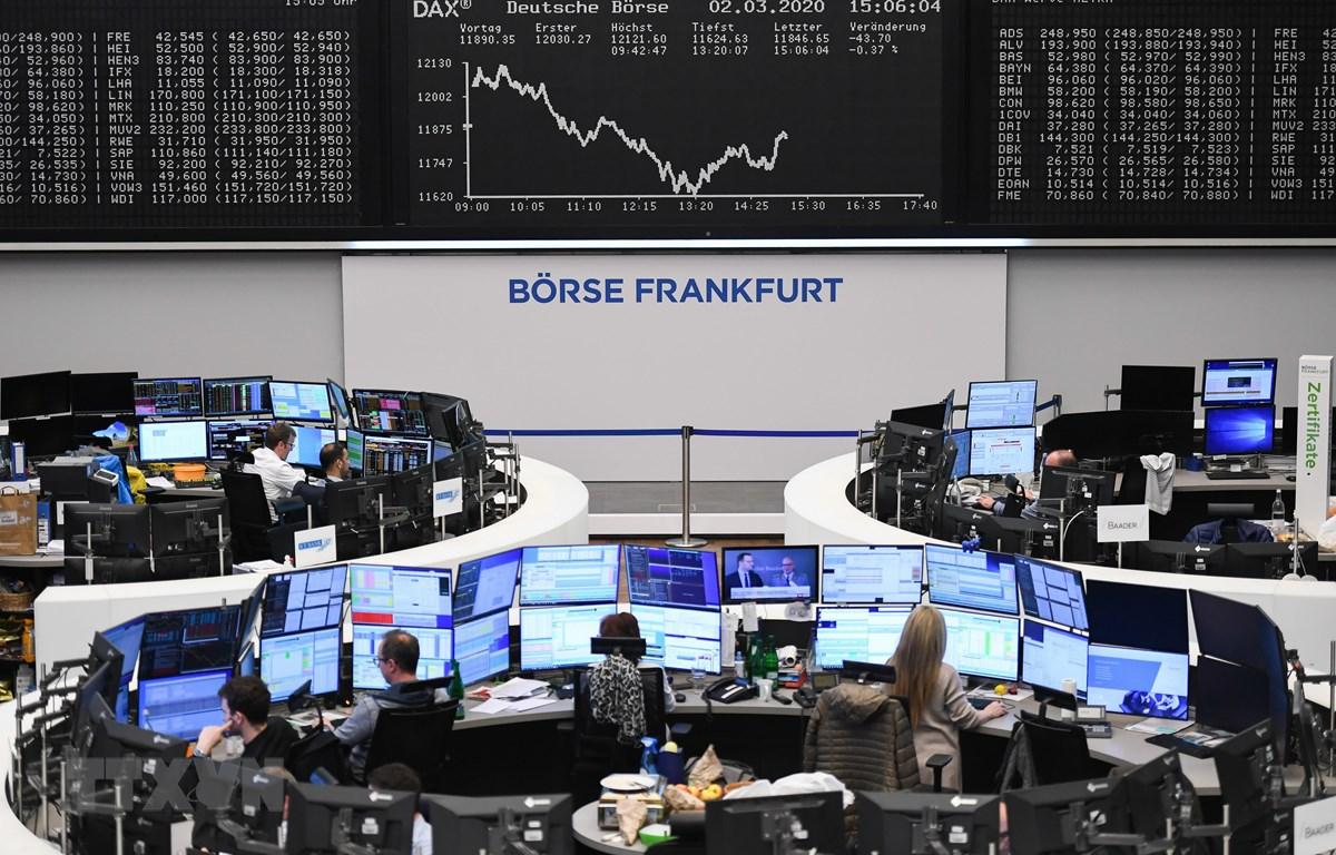 Giao dịch viên tại Sàn giao dịch chứng khoán Frankfurt, Đức. (Ảnh: THX/ TTXVN)