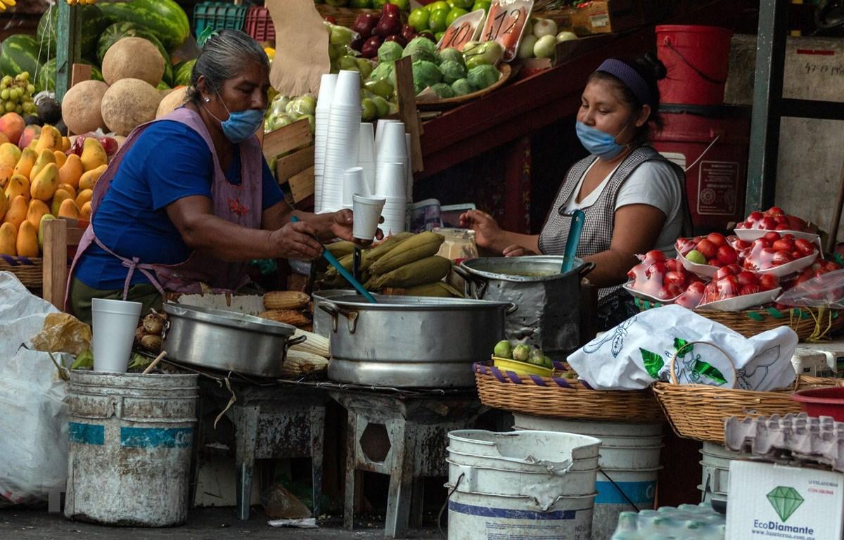 Các quầy hàng ven đường ở Guerrero, Mexico ngày 28/3/2020. (Ảnh: THX/TTXVN)