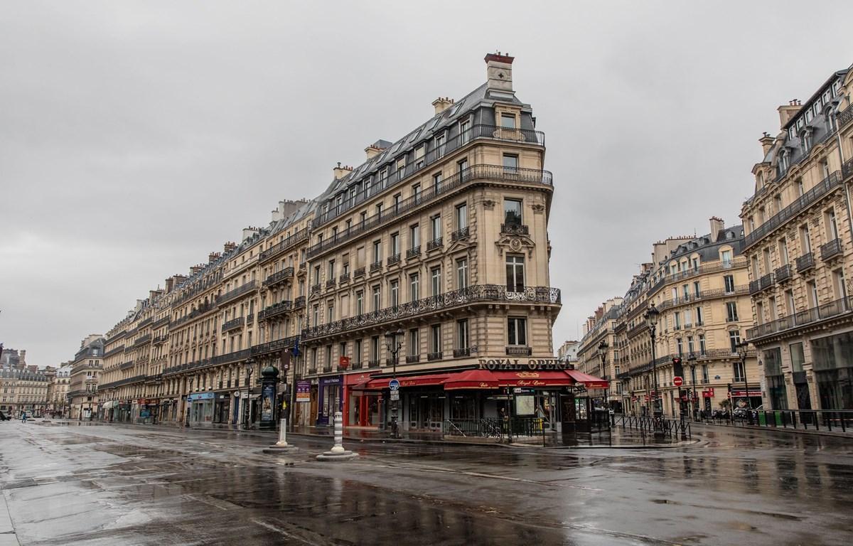 Cảnh vắng vẻ trên đường phố tại Paris, Pháp ngày 6/4/2020 trong bối cảnh dịch COVID-19 lan rộng. (Ảnh: THX/TTXVN)