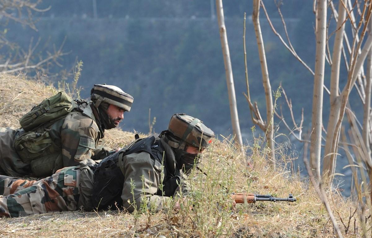 Binh sỹ Ấn Độ gác tại khu vực Gingal Uri, cách thủ phủ Srinagar, bang Jammu & Kashmir 90km về phía bắc, gần đường ranh giới kiểm soát (LoC) giữa Ấn Độ và Pakistan. (Ảnh: AFP/ TTXVN)