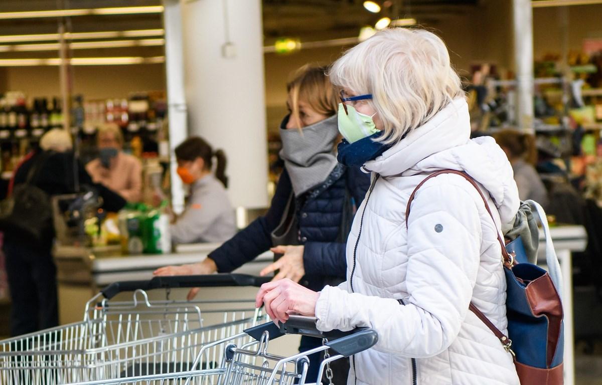 Người dân đeo khẩu trang nhằm ngăn chặn sự lây lan của dịch COVID-19 tại Jena, Đức ngày 6/4/2020. (Ảnh: THX/TTXVN)