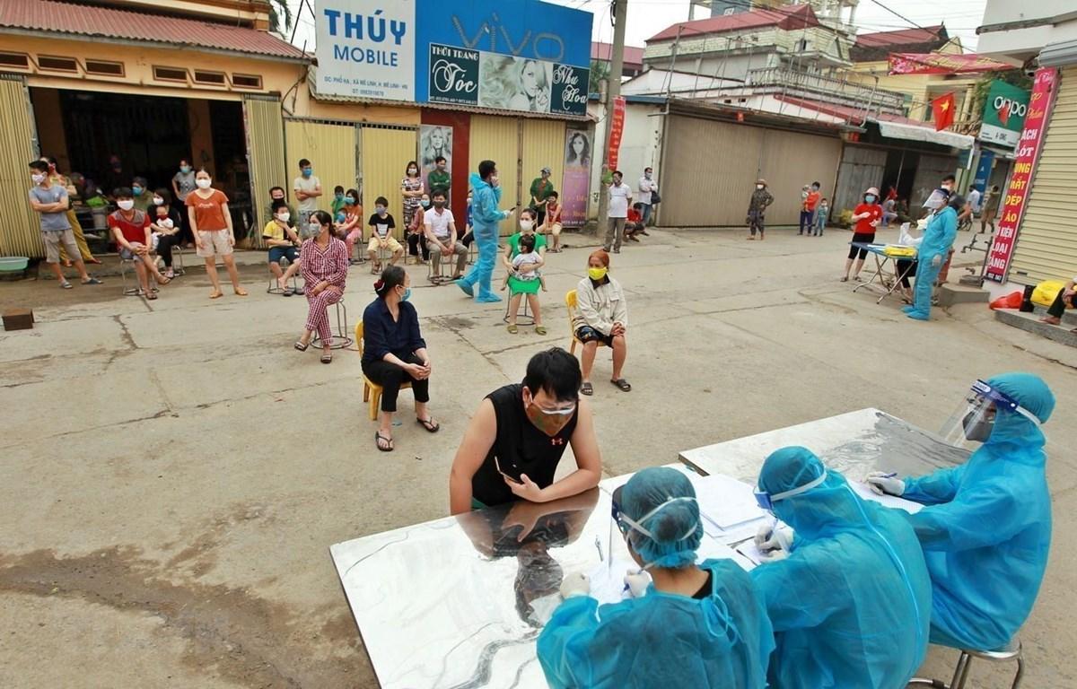 Lấy mẫu xét nghiệm virut SARS-CoV-2 cho người dân thôn Hạ Lôi, xã Mê Linh, huyện Mê Linh (Hà Nội). (Ảnh: Minh Quyết/TTXVN)