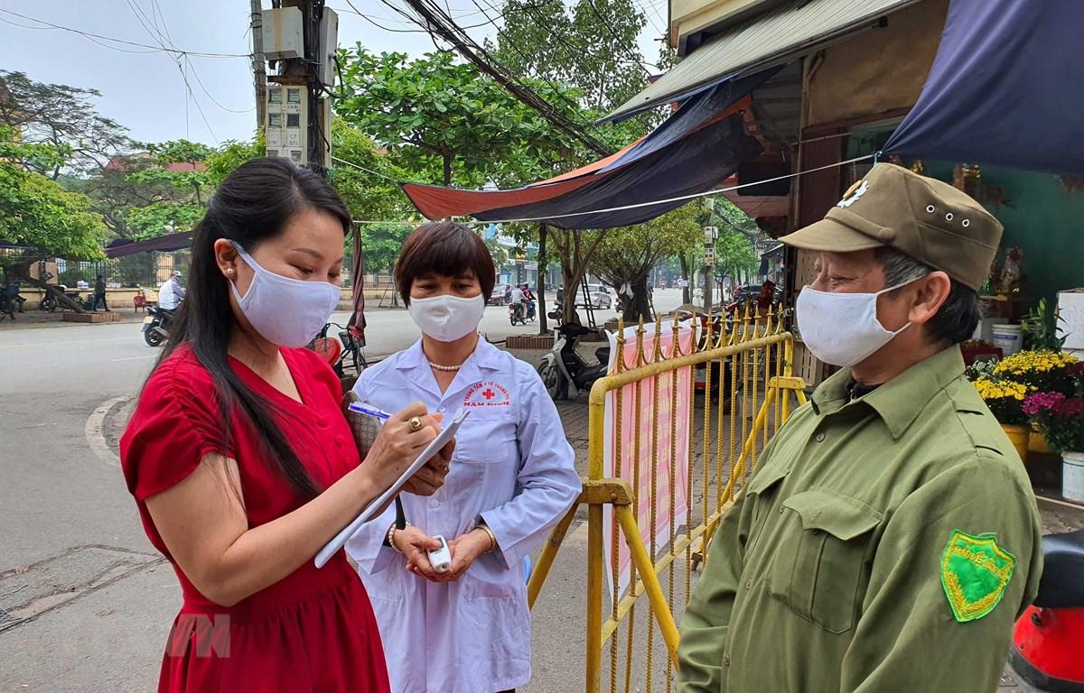 Tại Nam Định, người dân khi vào chợ dân sinh bắt buộc phải khai báo thông tin tên tuổi, địa chỉ. (Ảnh: Công Luật/TTXVN)