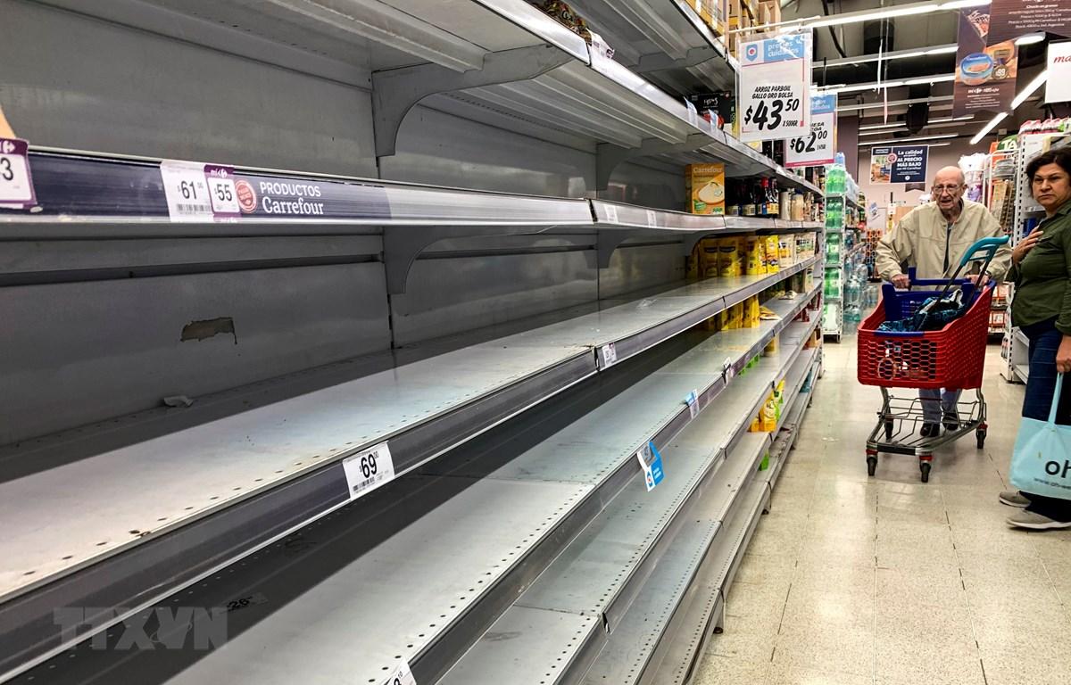 Nhiều gian hàng trống trơn do người dân mua hàng tích trữ tại một siêu thị ở Buenos Aires, Argentina,ngày 15/3/2020. (Ảnh: AFP/TTXVN)