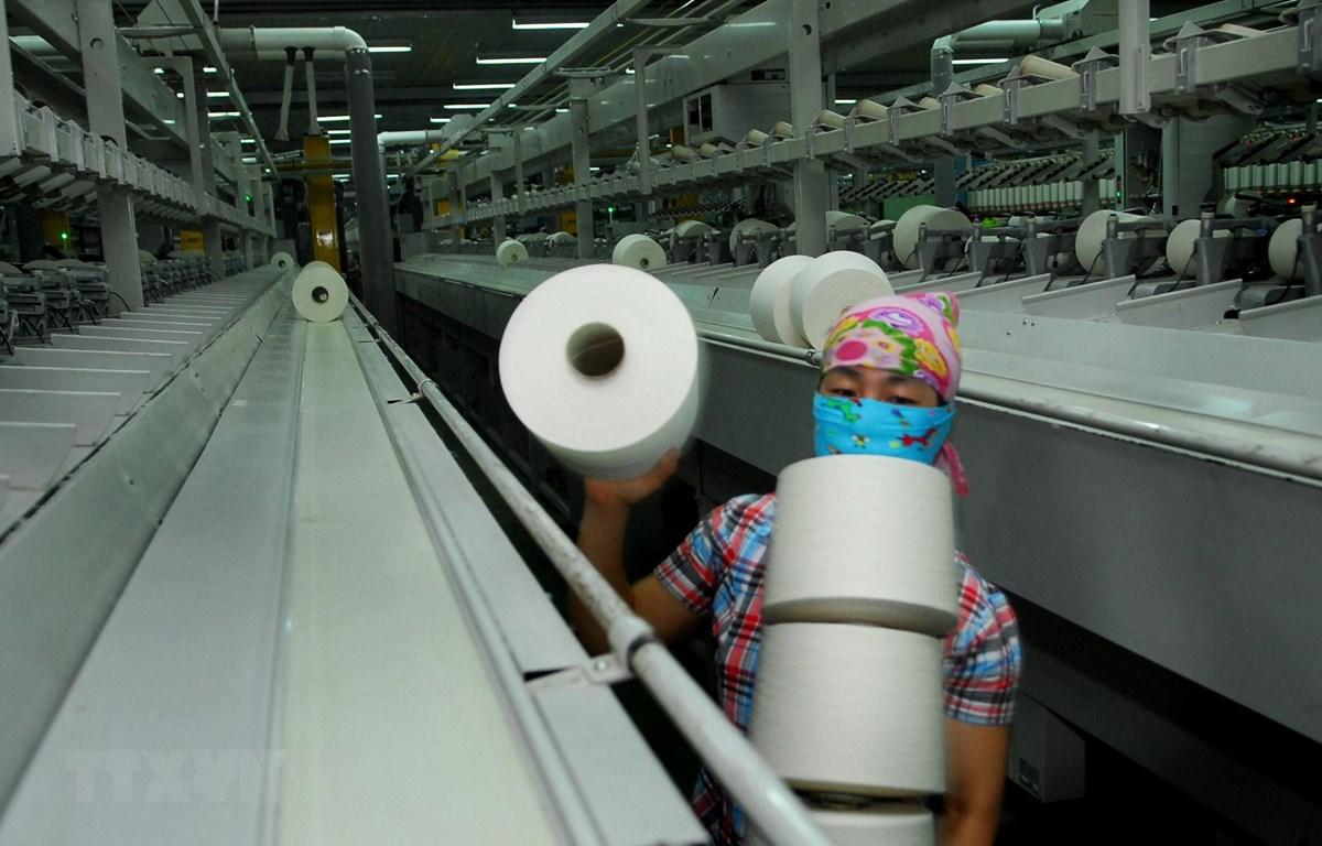 Sản xuất sợi tại Công ty Cổ phần Đồng Phát (Hà Nội). (Ảnh: Danh Lam/TTXVN)