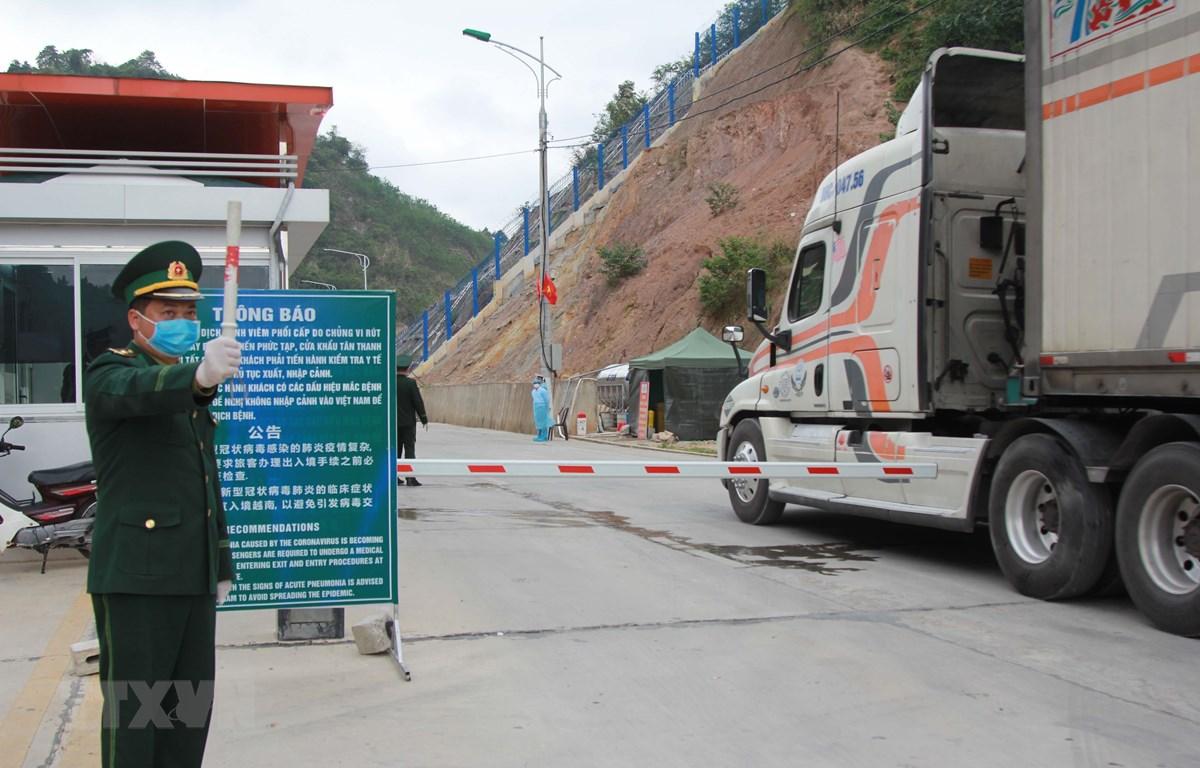 Cán bộ biên phòng Tân Thanh, Lạng Sơn điều tiết xe nông sản xuất khẩu. (Ảnh: Quang Duy/TTXVN)