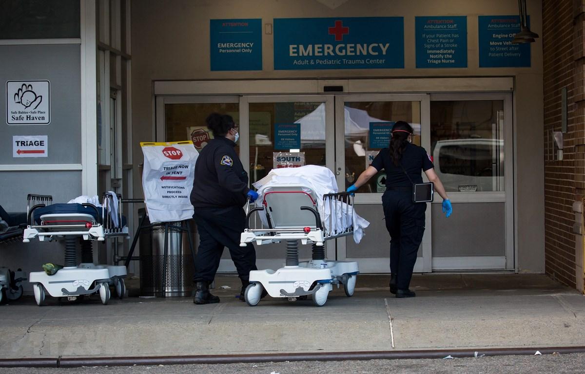 Nhân viên y tế chuyển bệnh nhân tới phòng cấp cứu tại trung tâm y tế Maimonides ở Brooklyn, New York, Mỹ ngày 8/4/2020. (Ảnh: THX/TTXVN)