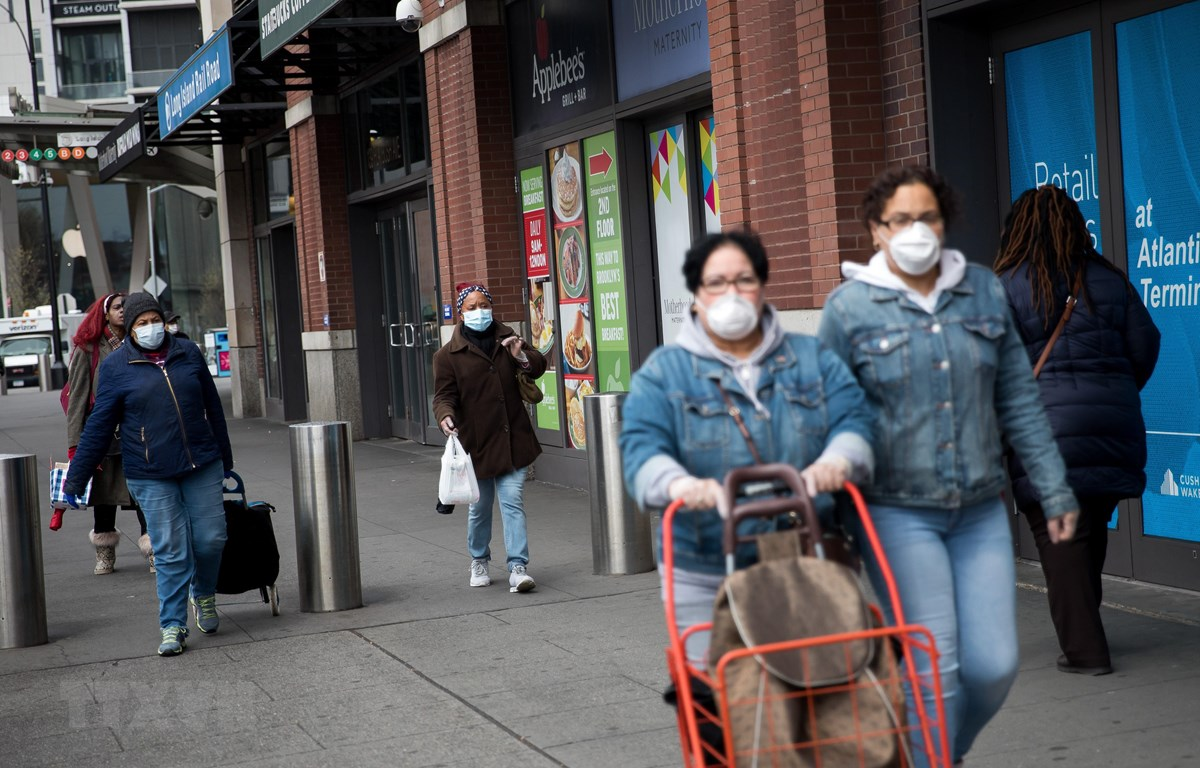 Người dân đeo khẩu trang phòng ngừa dịch COVID-19 tại New York, Mỹ ngày 3/4/2020. (Ảnh: THX/TTXVN)