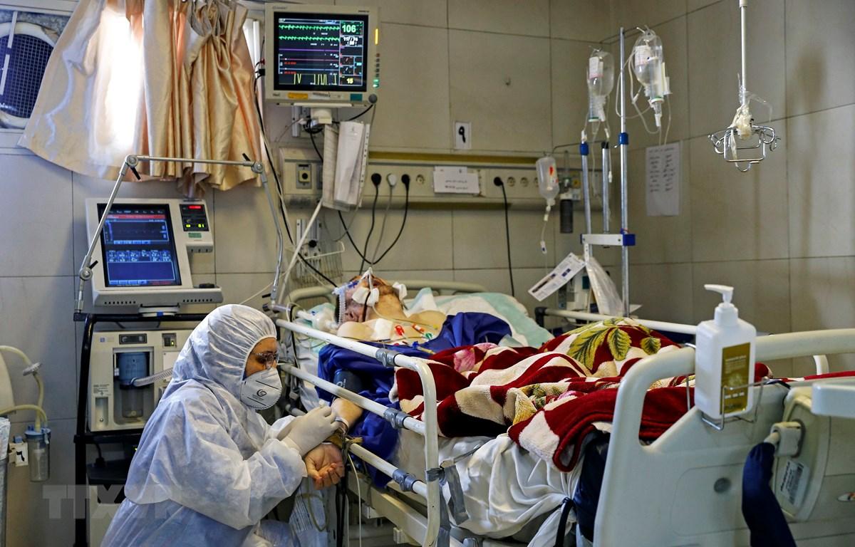 Nhân viên y tế điều trị cho bệnh nhân mắc COVID-19 tại một bệnh viện ở Tehran, Iran. (Ảnh: AFP/TTXVN)