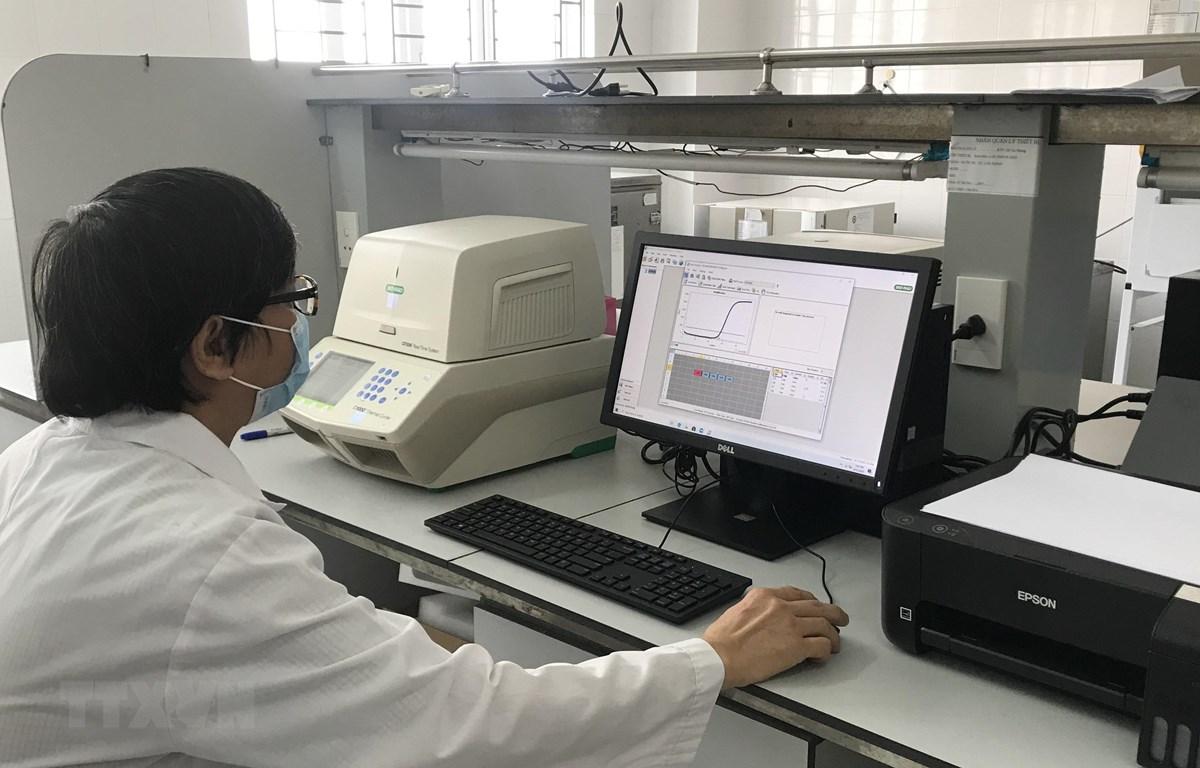 Việc xét nghiệm sinh học phân tử mới chẩn đoán bệnh truyền nhiễm và COVID-19 trên địa bàn Thanh Hóa sẽ giúp tỉnh thực hiện test nhanh các trường hợp nghi ngờ mắc bệnh, kiểm soát được các ca mắc bệnh và tránh lây lan rộng trong cộng đồng. (Ảnh: Hoa Mai/TTX