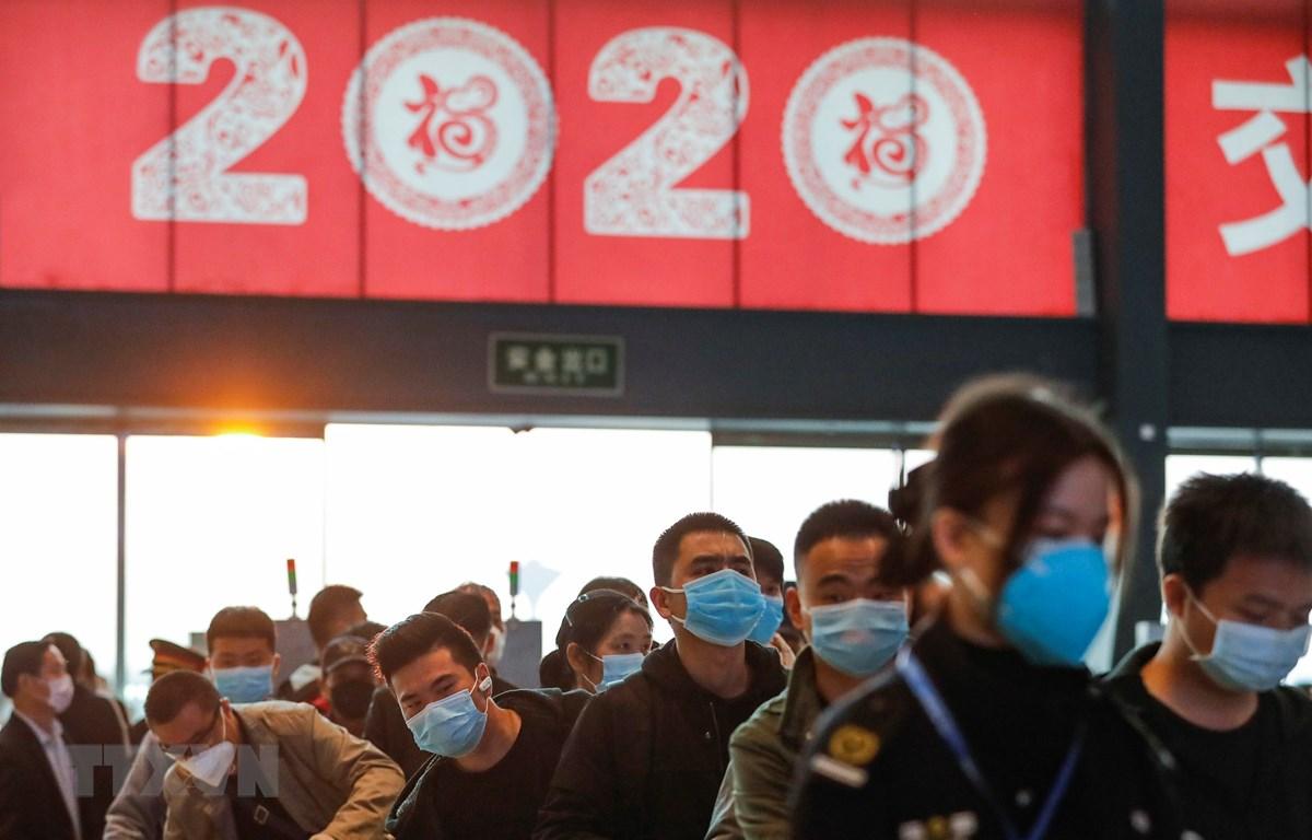 Hành khách xếp hàng chờ lên tàu hỏa tại nhà ga ở Vũ Hán, tỉnh Hồ Bắc, Trung Quốc ngày 8/4/2020 sau khi lệnh phong tỏa do dịch COVID-19 được dỡ bỏ. (Ảnh: THX/TTXVN)