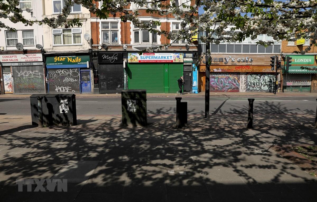 Các cửa hàng tại London, Anh, đóng cửa ngày 13/4/2020 trong bối cảnh dịch COVID-19 lan rộng. (Ảnh: THX/TTXVN)